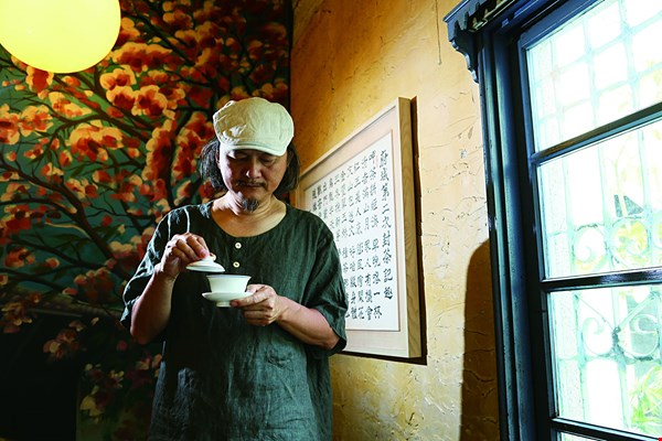 Opening his own teahouse, Tea Serving, near the National Museum of Taiwan Literature has given poet and poetry fan Ye Dongtai the chance to live the literary lifestyle. (photo by Jimmy Lin)