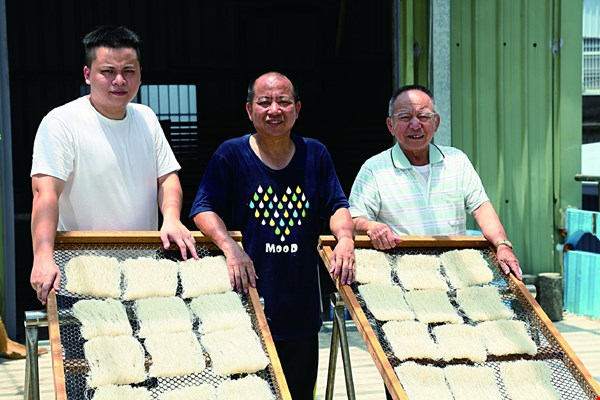 The three generations of the Guo family who work at Hsinchu's Dongdecheng Rice Noodle factory, including Guo Chunxian, Guo Lianjin, and Guo Mushui, insist on following the traditional methods of making delicious rice vermicelli.