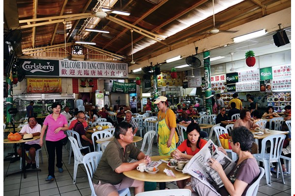Mamak stalls can be found in every Malaysian neighborhood, operating around the clock. They are favored spots for grabbing a bite to eat and hanging out with friends.