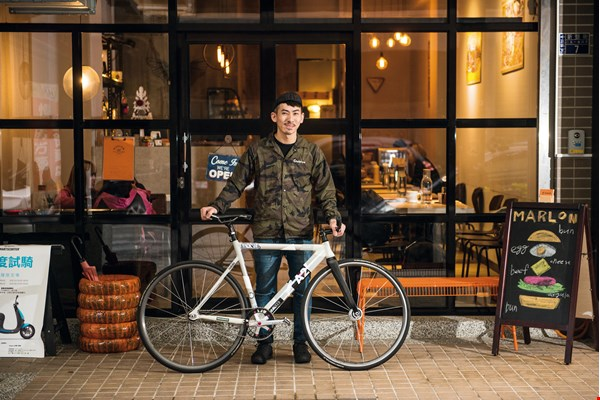Xie Weida, the founder of the Fixed Style fixie club, hopes to introduce more people to the joys of commuting on the single-geared bikes.