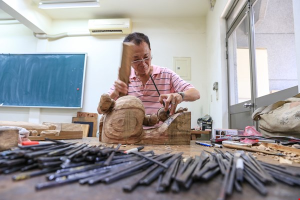 Hong Yaohui works with quiet intensity, skillfully utilizing the woodcarver's tools and techniques. Through skills accumulated over time, he transforms ordinary wooden blocks into vivid works of art.