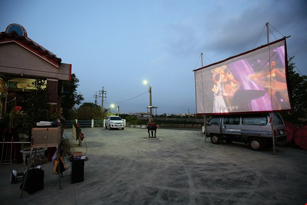 Despite the slow decline of open-air cinema, Gao Xiang­qing and Gao Pu­yuan persevere in preserving this aspect of communal memory shared by the people of Taiwan.