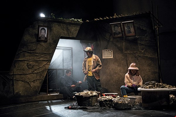 "Replete with documentary flavor, the experimental work Ka ê Bōng-Sióng (""Household Delusion"") incorporates field research, recorded projections, and theatrical performance. (photo by Huang Jiong-che, courtesy of Our Theatre)"
