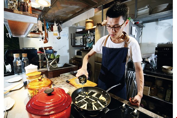 Whenever he speaks of the art of cooking, Feng Pei-ge virtually radiates with delight, which leaves a deep impression on others.