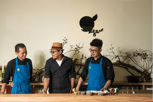 Hero Restaurant head chefs Hsiao Tsun-yuan (left) and Lin Kai-wei (right). Pictured in the center is Ascend, the owner of the Taipei coffee shop Kopi Ibrik. (photo by Chuang Kung-ju)