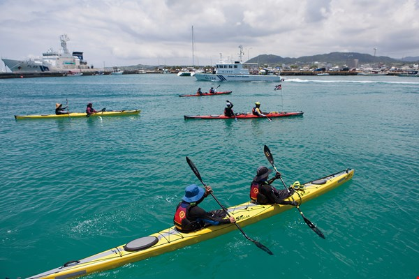 "Expressing the wish that ""mackerels come home"" and aiming to highlight the importance of protecting declining fish stocks, conservationists paddled out from Nanfang'ao to ride the Kuroshio Current. (courtesy of Liao Daqing)"