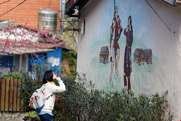 Martinson leads groups to repair walls and beautify them with indigenous imagery, filling the once decrepit village with charming scenes.
