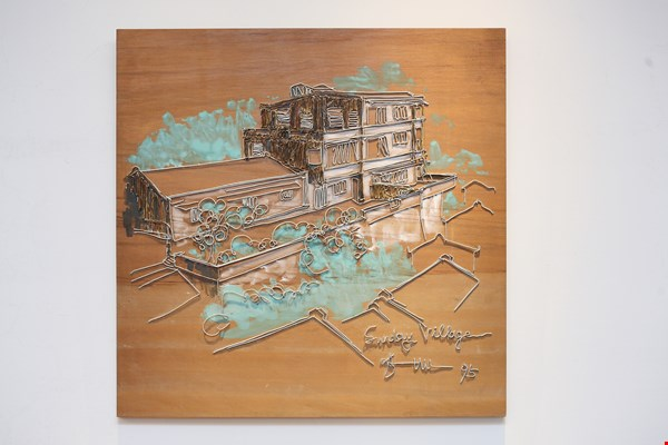 Hu's early works, while also focusing on the scenery of Jiufen, were made exclusively of scrap-metal items like screws, nails, and wire.