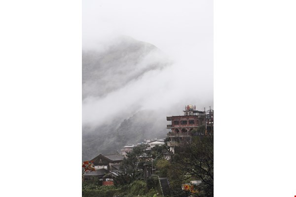 The mountain town of Jiufen is often enveloped in a thick mist. This provides an inexhaustible motif for Hu. (photo by Jimmy Lin)