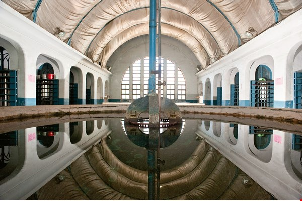 With arched ceilings and beautiful windows, the bathhouse at the Taipei Railway Workshop was a place where workers could wash away the day's fatigue. This was another side of workers' lives at the facility. (photo by Chuang Kung-ju)