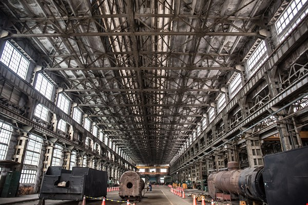 The erecting shop of the Taipei Railway Workshop features a vaulted ceiling supported by steel trusses. This is where steam engines used to be repaired.  (photo by Lin Min-hsuan)