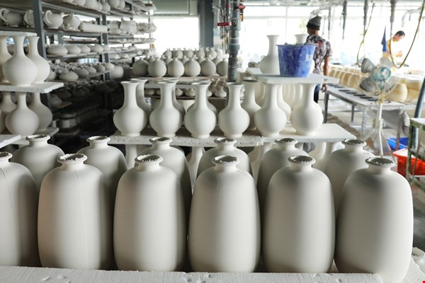 Hand-thrown vases at the Tai-Hwa factory quietly await craftspeople and artists to apply the color that will bring them to life.