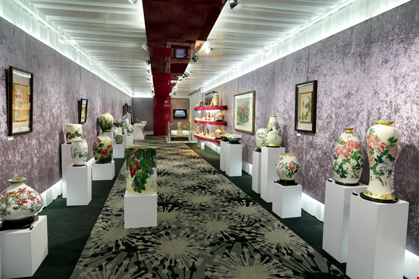 """The Colors of Autumn—Chuang Kuei-chu's Porcelain Paintings,"" an exhibition held in Tai-Hwa's ""Culture Concept Hall"" in Yingge."