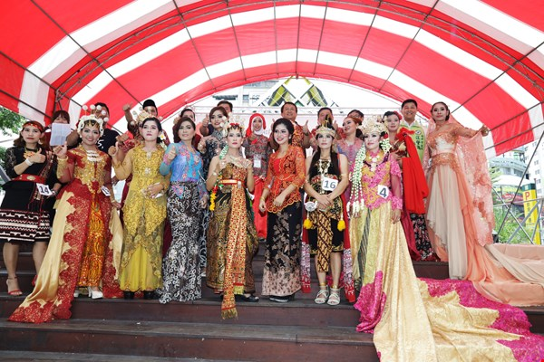 Pindy (back row, center) takes the stage for a group photo after the fashion show at the Indonesian Pageant she organized for the Bazaar Asia Tenggara in Taichung.