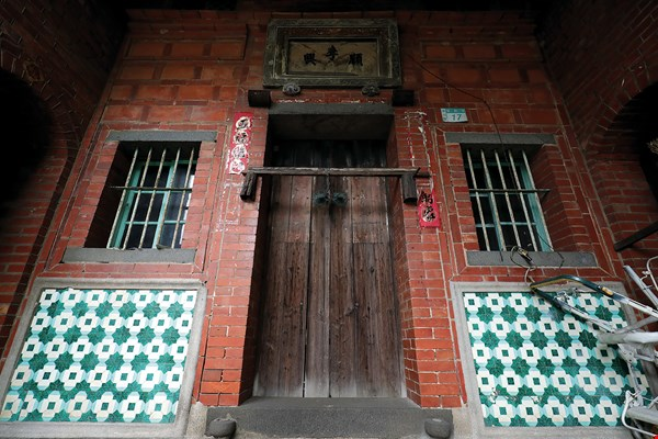 It used to be fashionable to mount decorative tiles on the most visible portions of building exteriors.  The photo shows an old house in Luzhou.