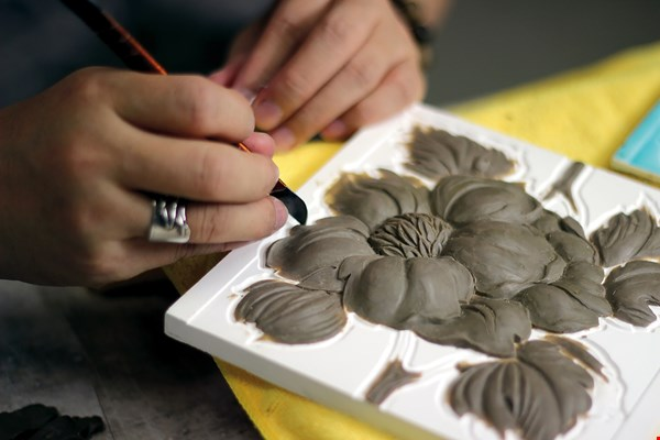 The effort to restart production of decorative tiles is making progress. Here, a craftsperson carves a flower design. (courtesy of the Museum of Ancient Taiwan Tiles)