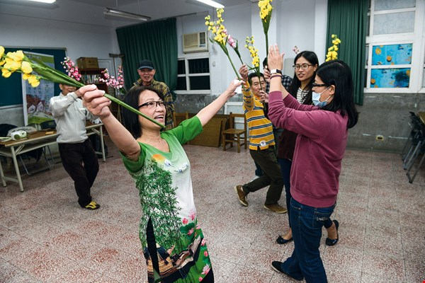 Students at Xinzhuang Community College earnestly rehearse traditional Vietnamese dance.