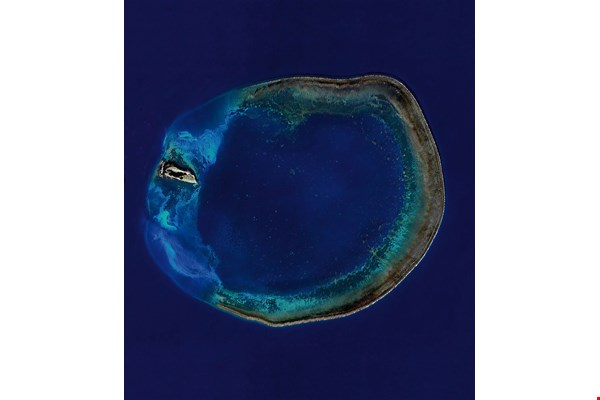 This satellite photo shows the Pratas Islands atoll, which is unusually large at some 25 km in diameter. (courtesy of Dai Chang-feng)