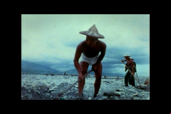 Richard Yao-chi Chen filmed a military veteran working on the construction of a dam in Fengtian, Hualien County, in Liu Pi-chia (1967). (courtesy of the Taiwan Film Institute)