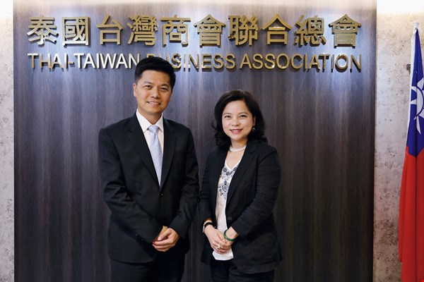 Growing up in Thailand as second-generation Taiwanese immigrants prompted Yosapol Changcharoenkij (left) and Belinda Changkajonsakdi (right) to facilitate educational opportunities for others.
