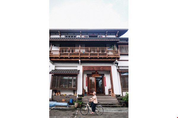 Richard Lee and his younger brother Jason rebuilt their family home after it was destroyed by 1999's Jiji Earthquake. Three stories tall and made of wood, the new house has an old-fashioned rustic charm.