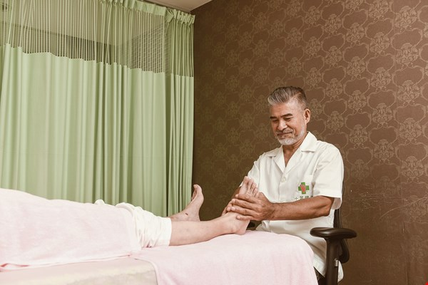 Logan Lin, a reflexology foot masseur by profession, says that if you want to keep a handsome exterior, staying healthy is very important.