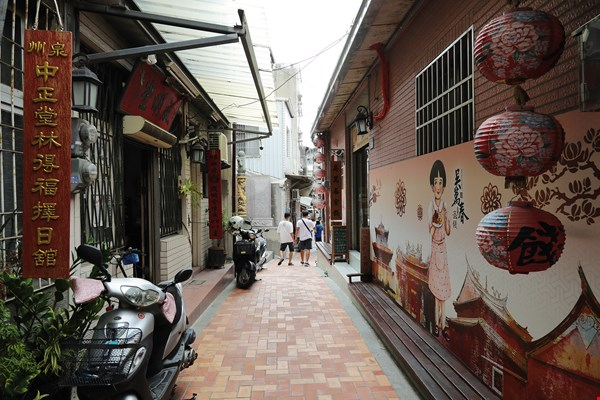 For a taste of the pace of life in Tainan as portrayed by the master storyteller in his Spring Dream at Gourd Alley, take a stroll down Fortune-Stick Lane and Fortune-Teller's Lane beside the God of War Temple.