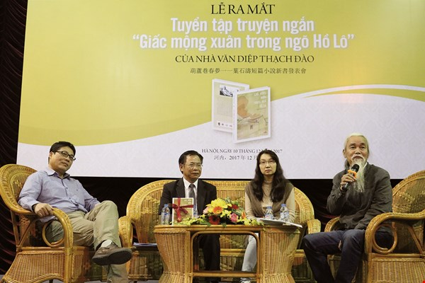 Chen Yi-yuan (second from left), former director of the National Museum of Taiwan Literature, attends the launch in Hanoi of Spring Dream at Gourd Alley—Short Stories by Yeh Shih-tao in Vietnamese. (courtesy of Tainan City Cultural Affairs Bureau)