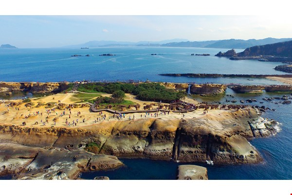 Annual visitors to the 24-hectare Yehliu Geopark have typically numbered about 2.5 million in recent years. (photo by Jimmy Lin)