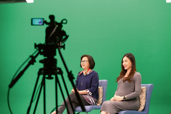 Tuong Vy (right) and veteran TV host Chen Mei jointly host an online show teaching the Vietnamese language.
