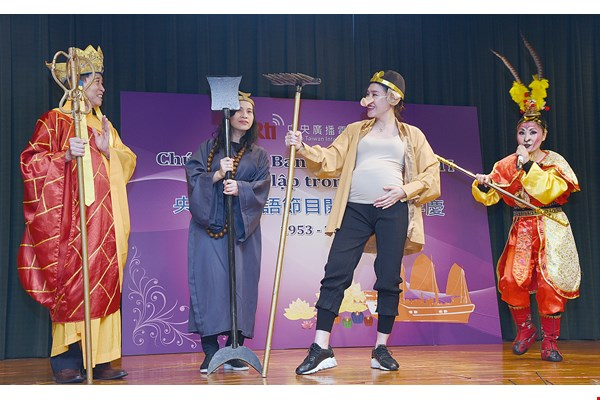 During the events celebrating the 65th anniversary of Radio Taiwan International's Vietnamese service, the nine-months-pregnant Tuong Vy plays the role of Zhu Bajie (Pigsy) in a performance of an episode from Journey to the West. (courtesy of RTI)