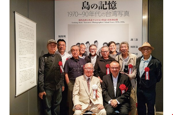 Japan's Kiyosato Museum of Photographic Arts is currently holding an exhibition of works created by 11 veteran Taiwanese photographers when they were in their primes. Meanwhile, the National Taiwan Museum of Fine Arts recently exhibited photos taken by Lewis Hine, Daidō Moriyama and others in their youths. Seated at left at the front of the group is Kiyasato Museum director Eikoh Hosoe. (courtesy of Shen Chao-liang)