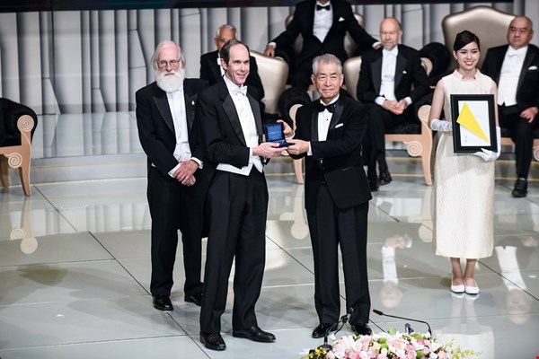 Tasuku Honjo, winner of the first Tang Prize in Biopharmaceutical Science, presented this year's prize in that category to Brian J. Druker, who won for his successful applications of targeted therapies.