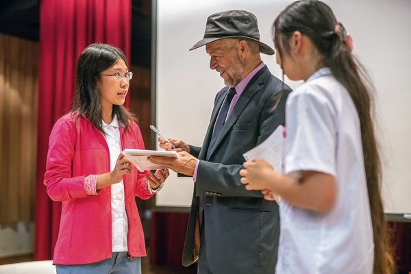 James Hansen, winner this year of a Tang Prize in Sustainable Development, engaged in a discussion with Taiwanese high schoolers. (photo by Lin Min-hsuan)
