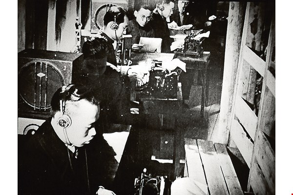 The power of broadcasting is unlimited by distance and was especially important in wartime. Employees of the Central Broadcasting System, forerunner of Radio Taiwan International, risked life and limb in difficult circumstances to disseminate information. (photo courtesy of RTI)