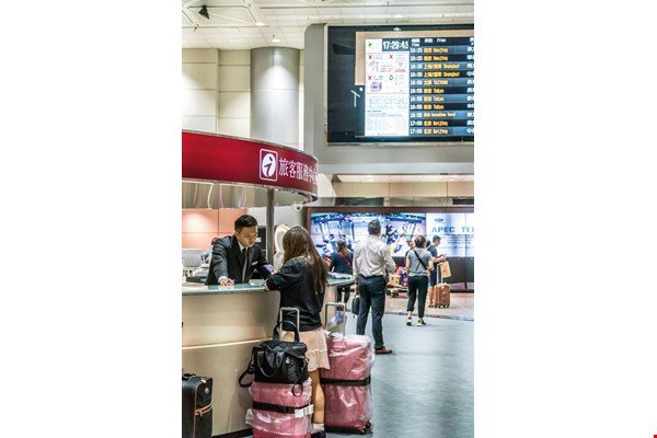 Airport information counters have gathered information about visitors' inquiries, and used it to improve the quality and efficiency of their services.