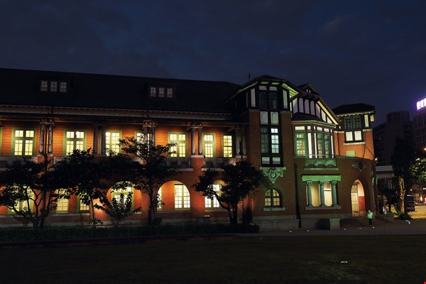 The building that housed the Railway Department of the Japanese colonial government has also been shortlisted for its nighttime lighting design. The warm glow that shines out through each window is the tranquil voice of light.