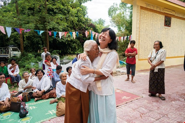 A resident of Lovea tearfully thanks the Field Relief Agency's Yang Wei-lin (right) for assisting in the construction of a crematory. (photo by Lin Min-hsuan)