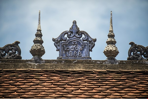 Decorative auspicious elements atop traditional-style sloped roofs usually include the year the building was constructed, as well as religious elements that vary by region.