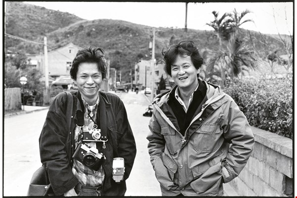 For the gallery's first exhibition, Juan I-jong (left) invited Taiwanese author Hwang Chun-ming (right) to join him in a photographic dialogue. (courtesy of Hwang Chun-ming)