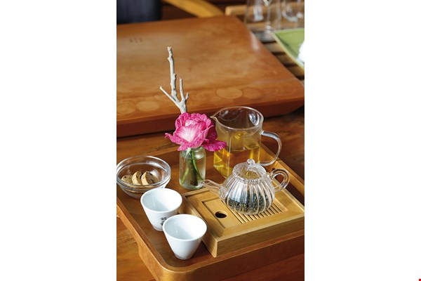 Alishan Win grows organic roses and produces floral oolong teas to attract younger consumers to its shop.