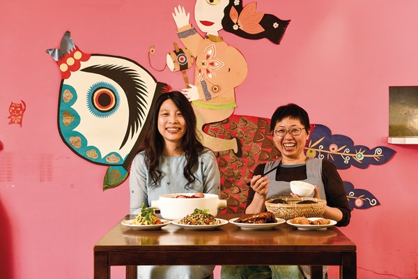Su Wenwen (left) and Tao Guihuai (right) have together created a little restaurant with the warmth of home.