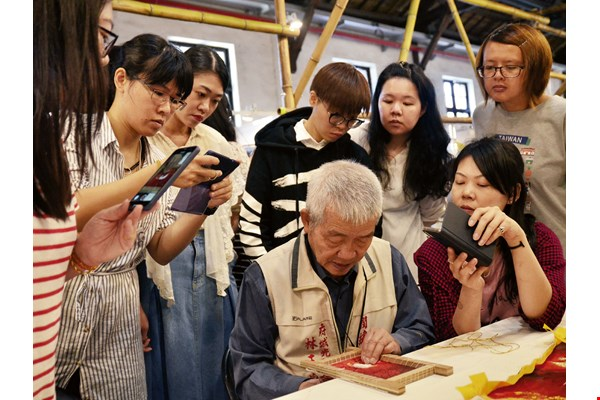 Trainees are clearly engrossed in this lesson on traditional embroidery offered by Tainan's Guangcai Embroidered Craft. (courtesy of Taiwan School of Arts & Crafts)