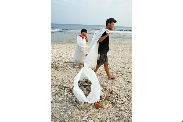FNG is working with Hiin Studio, which is very concerned about the marine environment, on a plan to convert marine debris into flip-flops. (photo by Lin Min-hsuan)