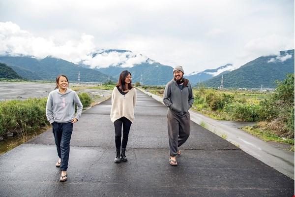 The editorial team at Taberu in Eastern Taiwan: Chiang Pei-yan (center), Chen Tzu-ching (left) and Tsai Shan (right). All of them have backgrounds in agriculture. (photo by Lin Min-hsuan)