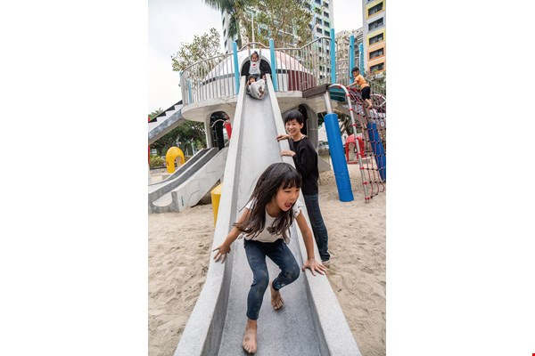Thanks to Zoe Lin's efforts, the Taipei City Government has restored and constructed terrazzo slides to CNS standards. It's allowed her daughter Xiaoxia to continue to enjoy the Taipei Youth Park, where Lin herself played as a child.