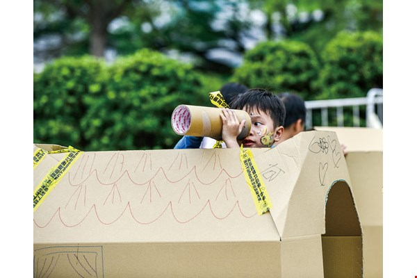 With cardboard boxes, wooden boards and bubbles, children can engage in all manner of outdoor fun.  (photo by Chuang Kung-ju)