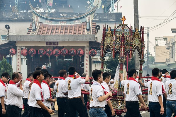 Wanjin's Madonna procession draws from Taiwan's deity-procession tradition and pays respect to other religions. Villagers set out tables laden with food at noon, heightening the festive atmosphere.