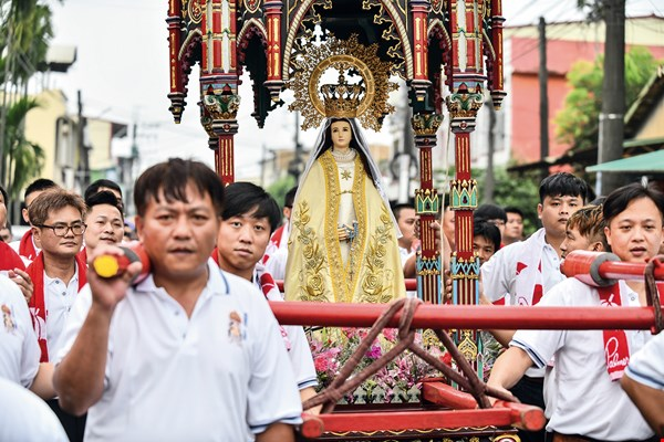 Weighing nearly 300 kilograms, the Madonna palanquin takes eight people to lift. Teams of bearers take turns, swapping out at every third lamppost.
