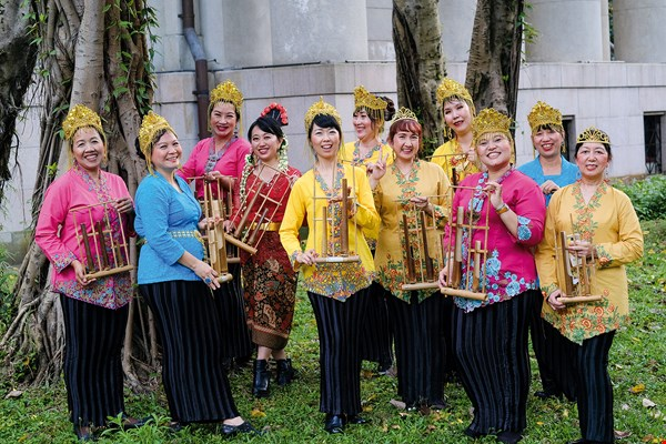 When performing, Gema Angklung wear batik clothing to match their Indonesian instruments. Their shows regularly attract large, enthusiastic crowds. (photo by Chuang Kung-ju)